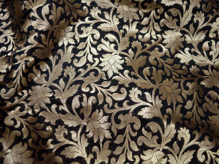 Indian brokaatstof Wedding Dress Fabric Brocade Fabric, Indiase brokaat, Banaras zijde, zijde Brocade Fabric.  Dit is een mooie Banarsi blended zijde brokaat bloemdessin stof in Black and Gold. De stof illustreren kleine gouden geweven bloemenwijnstokken op zwarte achtergrond.  ➤Fabric Type: Blended Silk (Zijde en viscose) Fijne kwaliteit Zari Brocade Weaving van Banaras ➤Product: Brocade jurk materiaal ➤Color: Black and Gold. ➤Condition: New Alleen Dry Clean: ➤Care  U kunt dit materiaal…