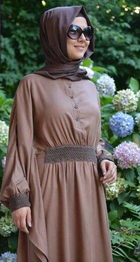 Dress coklat muda longgar dengan kerut depan plus band dipadu hijab coklat tua yang simple OKs banggets ga cuma buat santai ke mall tapi bisa juga buat kerja