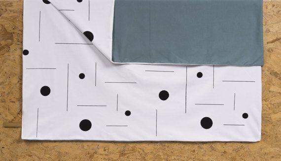 Deze zachte baby deken, gemaakt van organische katoen en hand-gedrukt door AnnaGee, is super zacht en een beetje elastisch. U kunt het aan beide zijden en omdat het unisex, het is perfect geschikt voor een babyjongen of meisje.  Details: -75 × 100 cms. -Zeefdruk afdrukken gemaakt van biologisch niet-giftige inkt, veilig voor babys. (Opmerking: omdat elk product handgemaakt is, maten variëren een beetje, maar niet meer dan 5 cms.) -Max. 40° C, zachtjes droog, strijken op matig vuur. Niet…