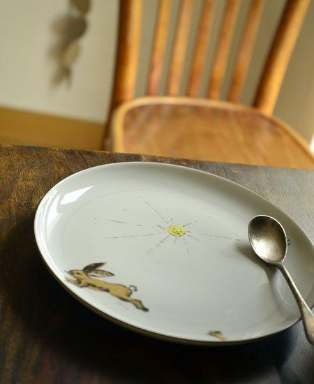 ウサギ、お日様、小鳥のイラストのレイアウトが絶妙な陶器のプレート。 デザイナーの2人が時間をかけて探したドイツの一流職人の手でハンドペイントされているラインやイラストは、 落ち着きのあるかわいさが魅力で、子ども用食器として作られた食器が大人にも人気となっています。 長く愛用できる品質とデザインに、陶器ならではのぬくもりが加わり大切に使い込むほど愛着がわいてきます。 お揃いのマグカップやマグとボウルセットを揃えるのも素敵です。 国際的なプロダクトデザイン賞であるレッド・ドット・デザイン賞を2013年に受賞し、 パッケージのデザインや素材にもこだわったLITOLFFオリジナルの袋に入れてお届けします。 出産のお祝いやプレゼントにも喜ばれそう。※電子レンジでの使用可能。※LITOLFFオリジナルのコットン袋とボックスに入れてお届けいたします。 hand made in Germany size : about 20 cm material : porcelain,...