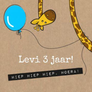 Leuke uitnodiging voor een verjaardagsfeestje! Met een vrolijke giraf die een blauwe ballon om z'n nek heeft en trendy achtergrond.