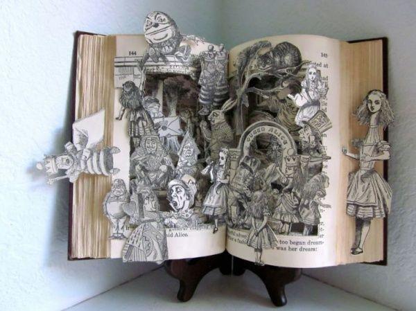 Je ziet hier dat er allerlei personages en momenten uit de film Alice in Wonderland uit het boek komen. ik heb dit gekozen omdat het laat zien dat je ook personen en dergelijke kan maken.