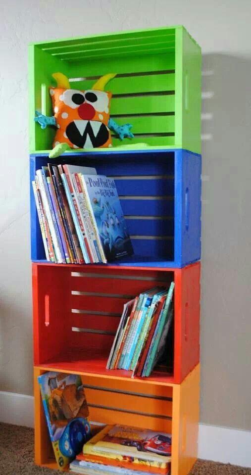 Rangement de livres avec des boites de bois colorées!