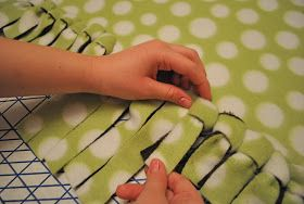 """loop, don't tie"" <- brilliant! will do this next time! That Village House: No-sew fleece blankets"