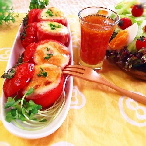 沢山買ったトマトの消費に♡トマト丸ごと無駄なく、一気に2種類のおかず!!華やかなので、おもてなしにやパーティにも♡もうすぐ父の日のおつまみ一品にもなります♡  【丸ごとトマトdeカップツナチーズ焼き&ドレッシング】  ◆材料(2人分) トマト(ミディアム、フルーツなど) ちょっと小さめ4個 ツナ缶 1缶(80g) 粉チーズ 大さじ2 マヨネーズ 大さじ1 ピザ用チーズ(とろけるチーズ) たっぷり あれば パセリ(ドライパセリ)  少々  [A] オリーブオイル 小さじ2 砂糖 小さじ1/2 塩 小さじ1/4 コショウ 少々  ◆作り方 1.トマトは上部1/4を水平に切りとる。下部は、中身をスプーンでくり抜いて、汁気とつぶつぶは、別のボールにとっておく(捨てないで♡)残りは、1cm角に切る。 2.ボールに、1で1cm角に切ったトマト、缶汁をよく切ったツナ、粉チーズ、マヨネーズを混ぜ、下部のトマトに詰める。 3.ピザ用チーズをのせ、オーブントースターでチーズがこんがりするまで焼く。(約7分)器に盛り、パセリをパラパラ♡  ◆ドレッシング…