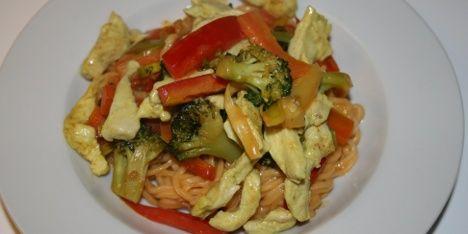 Lav traditionel wok med kylling, nudler og en farverig buket af grøntsager. Kort sagt, en wokret lige efter bogen. En flot, appetitlig og nærende hovedret.