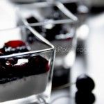 Dessert alla vaniglia con ciliegie sciroppate