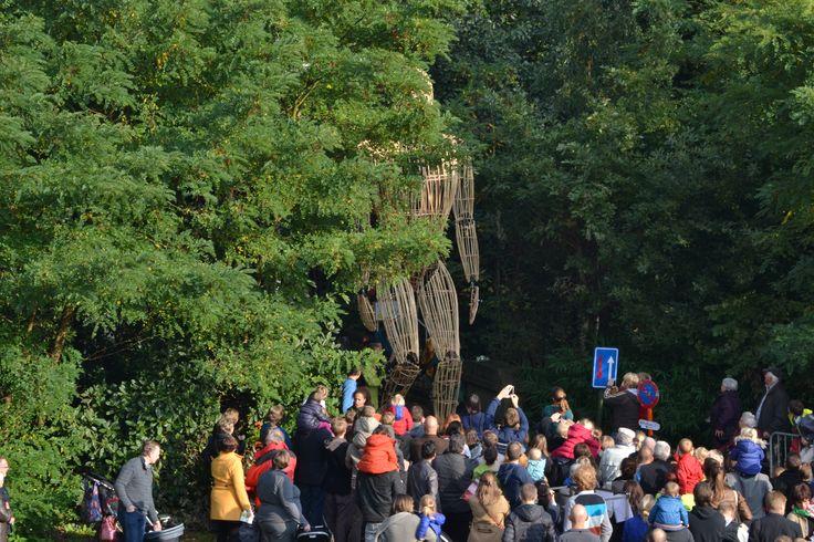 Van achter de bomen komt Reus Contios aangestapt begeleid door Keltische muziek