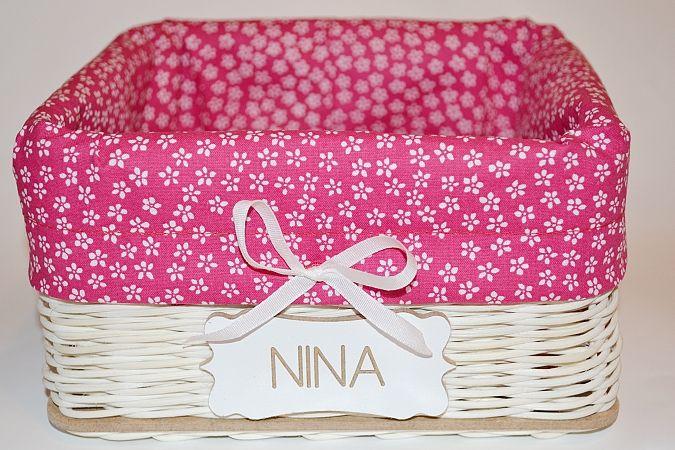 ružovo-bielo kvetovaný košík s menovkou