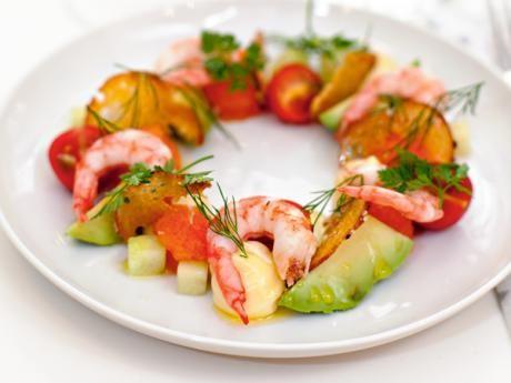 Majonnäs, krutonger och räkor kan förberedas dagen före. Skär gurka, tomat och avokado, och blanda ihop allt strax före servering.