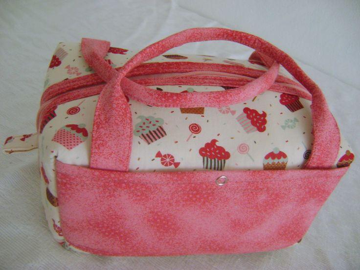 Lunch Bag ou Lancheira térmica feita tecido 100% algodão e forrada com tecido térmico. Fechamento com zíper. <br> <br>Mede aproximadamente 23cm de largura, 14cm de altura e 17cm de profundidade.