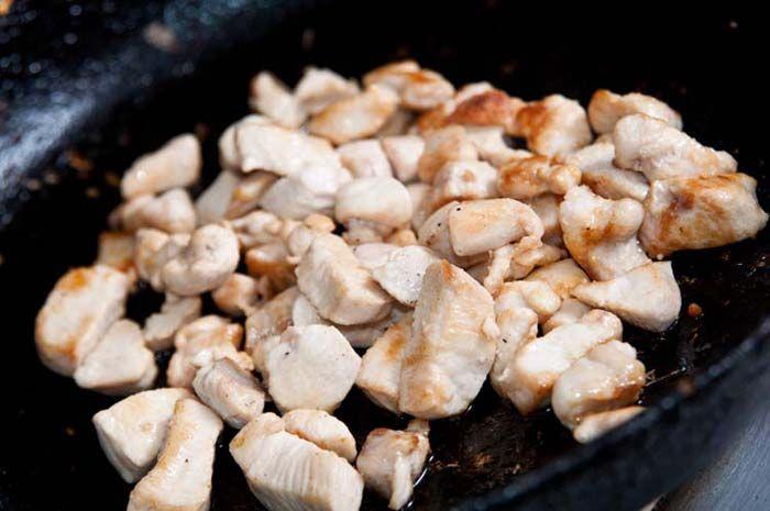 salteando pollo para arroz frito