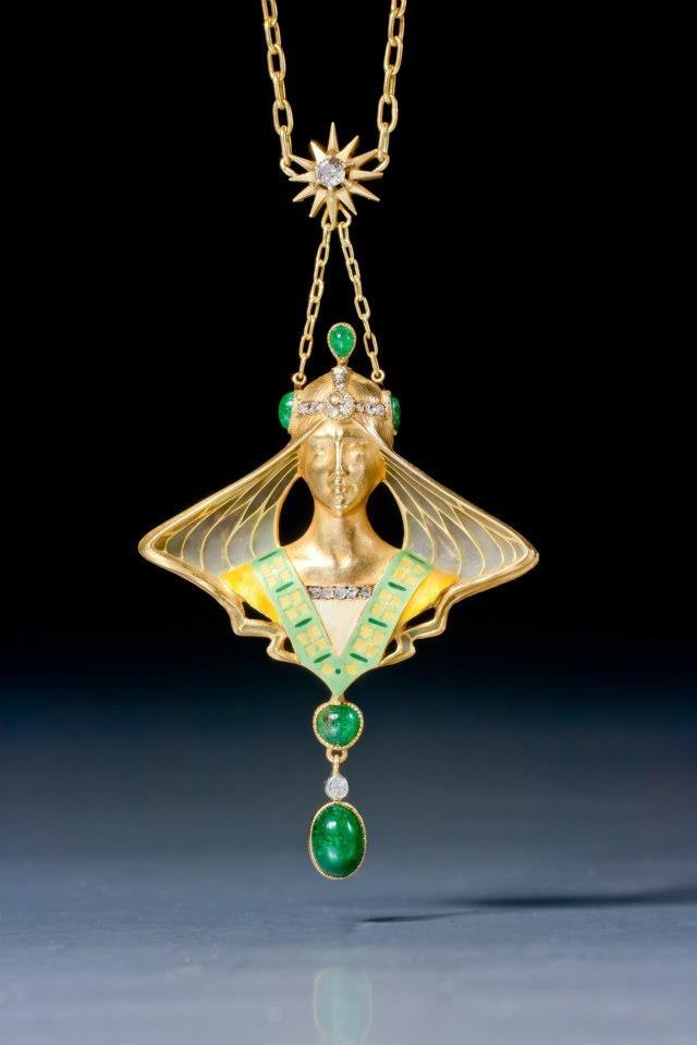 Deze gouden Art Nouveau hanger komt uit de privécollectie van de Amerikaanse actrice Elizabeth Taylor. Het stelt een Middeleeuwse prinses voor. Het sieraad is uitgevoerd in email, vensteremail, smaragd en diamant. De hanger is gemaakt in Parijs, circa 1900