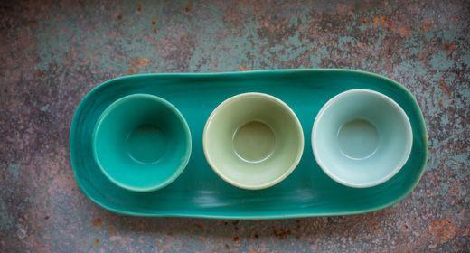 VÄLBALANS LIMITIERTE KOLLEKTION: Die leichten Unebenheiten entlang der Tellerkanten und Schüsseln sind Teil des Designs. Und da jedes Teil von Hand geformt und verarbeitet wurde, ist jedes ein Unikat.