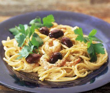 Spagetti med räksås, toppat av hackad basilika och oliver, är en lite lyxigare pastarätt som passar den finare middagen. Räkskalen som kokas med hummerfonden ger en mycket smakrik grund till såsen på lök, vin och grädde som räkorna sedan rörs ner i.