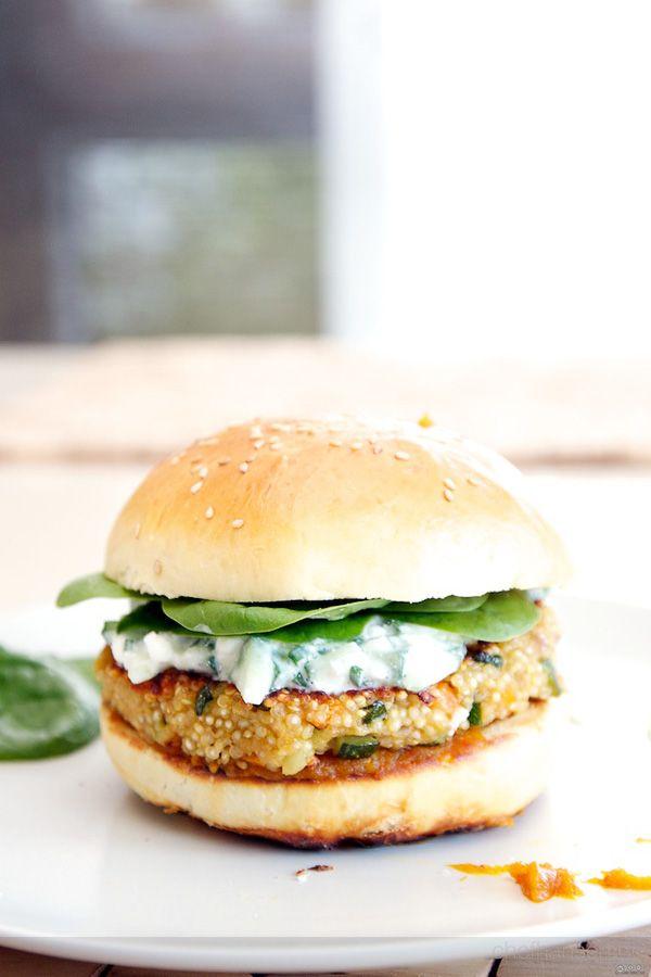 Leckerer vegetarischer Burger von Chef Hansen aus einem Quinoa-Bratling, Gurken-Dip und Kürbis-Ketchup.