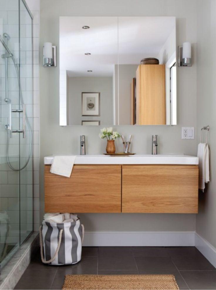 Meuble de salle de bain suspendu Ikea Gormorgon Odensvik. Sympa et bon éclairage par les côtés