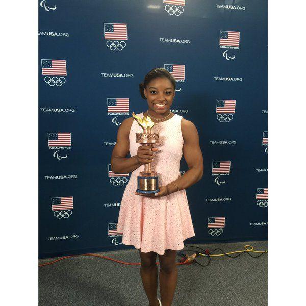El Comité Olímpico de Estados Unidos eligió a la gimnasta Simone Biles y al luchador Jordan Burroughs como los mejores deportistas del año. Dic 2015.