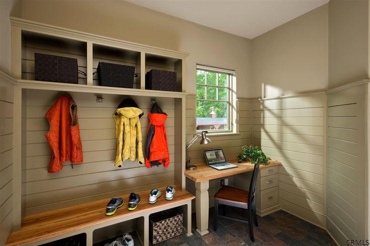 Угловые шкафы в прихожую: как оптимально задействовать пространство и 45+ лучших реализаций в интерьере http://happymodern.ru/uglovye-shkafy-v-prixozhuyu-23-foto-kak-optimalno-zadejstvovat-prostranstvo/ При правильной организации пространства и подборе компактной мебели вы сможете организовать даже в маленьком коридоре небольшое рабочее место