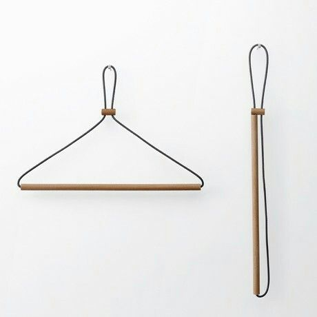 I can't believe this clothes hanger! I would love to have a collapsible set like this.