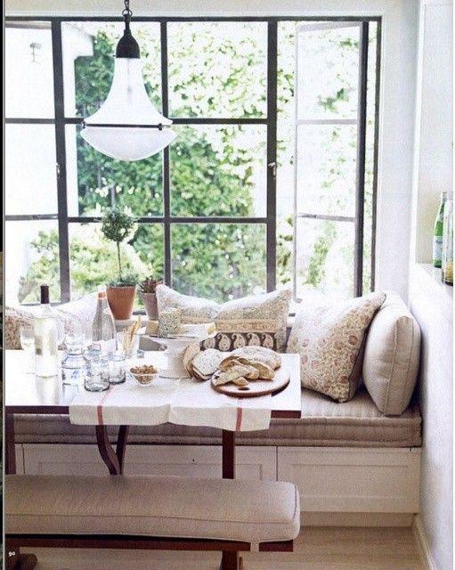 来客時にも何かと便利!そんなダイニングベンチに注目♪|SUVACO(スバコ) 海外の事例では、窓際ににソファーやラグを置いてダイニングベンチとして使用している事例が多く見られます。窓際の食卓いいですよね!