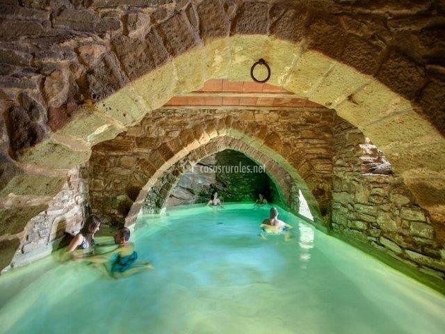 Piscina climatizada en la casa rural catalana