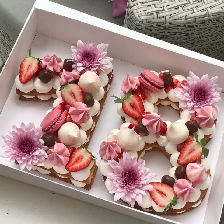 "4,433 Likes, 165 Comments - Adi Klinghofer (@adikosh123) on Instagram: ""יום ורוד וקסום ✨ #gargeran #biscuit #vanilla #cream #strawberry #flower #chocolate #macarons"""