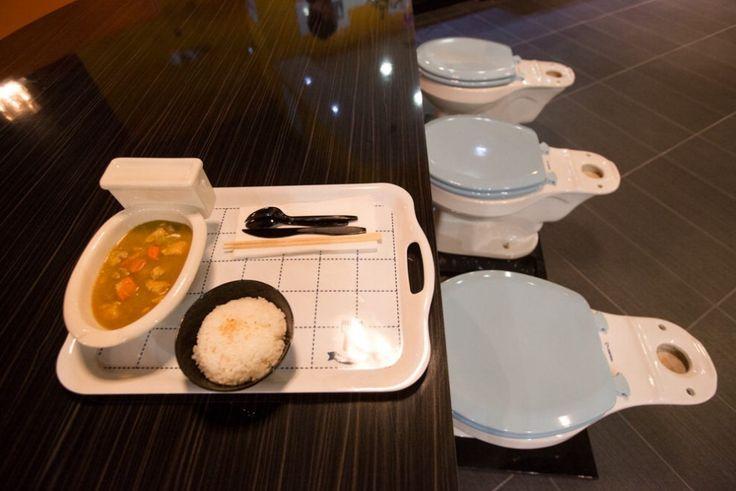Un vaso sanitario come sedia e un altro, in miniatura, per piatto, dove viene servito il cibo. Il ristorante Magic Restroom Cafe che ha appena aperto a California City è, di fatto, un gigantesco bagno, con le piastrelle alle pareti e le docce proprio sopra i tavoli.