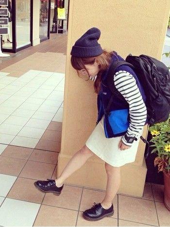 タイトなスカートにパタゴニアのフリースベストを合わせて、アウトドアミックススタイル。 ニット帽+素足で女性らしさを演出して。