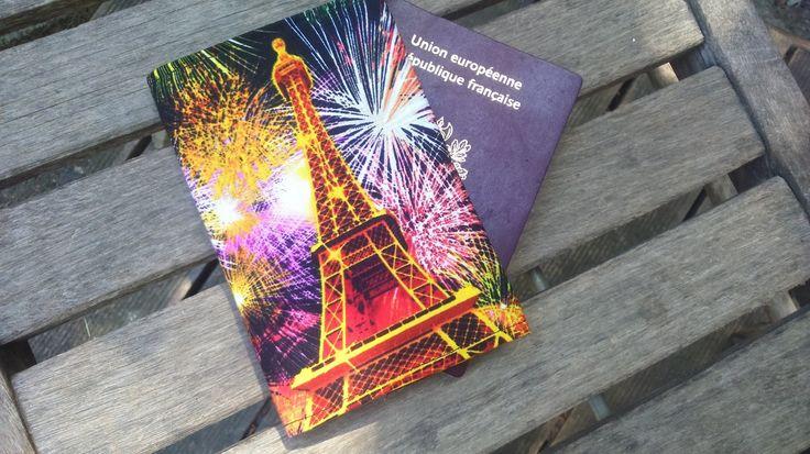 protège passeport Paris  la Tour Eiffel et son feu d'artifice de la boutique SophinouSacs sur Etsy