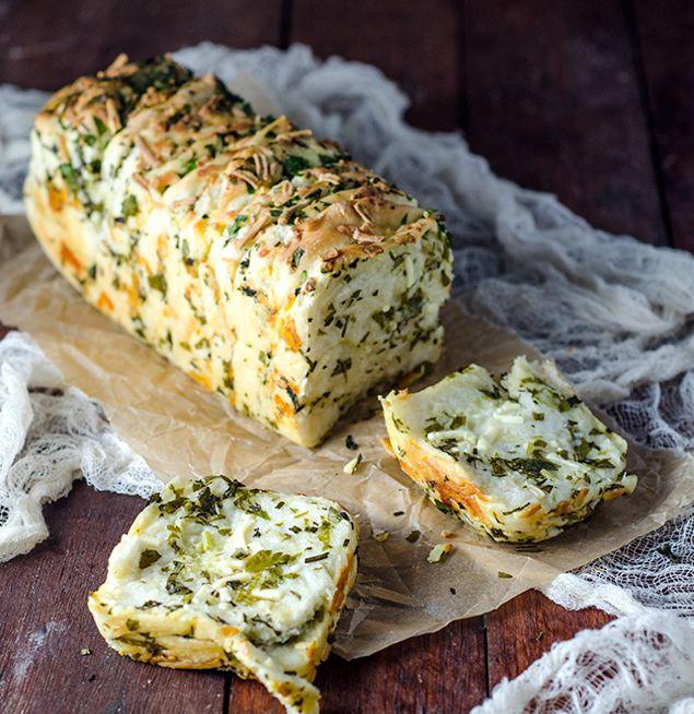 Dette brødet MÅ dere bare prøve!! Full av deilig smak av ost, urter og hvitløk og helt nydelig å se...