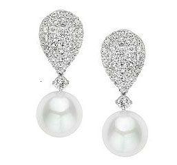 Los Pendientes Modelo BÁLTICO son unos magníficos pendientes fabricados en Oro de Primera Ley, y compuesto por un amplio cuajado de diamantes, que finaliza en una perla de alta calidad. Es la joya perfecta para lucir en el look nupcial, ya que es bella y sencilla.