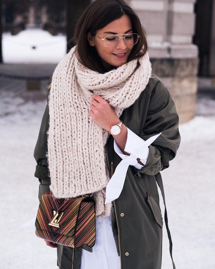 Eh non l'hiver n'est pas encore fini et on doit continuer de porter nos gros foulards XL!  #lookdujour #ldj #streetstyle #scarf #winter #inspiration #ootd #outfitinspo #comfy #auchaud #fashion #regram  @fashiioncarpet