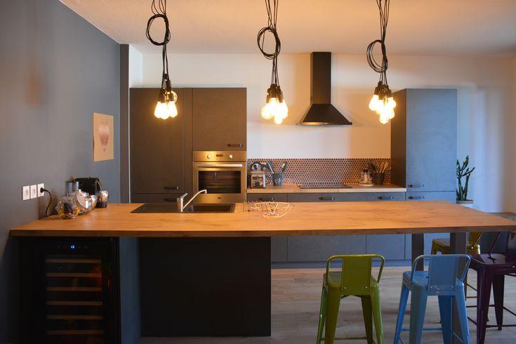 On dispose plusieurs lampes à filament au dessus de son ilot de cuisine quand on a une grande cuisine aménagée en parallèle.