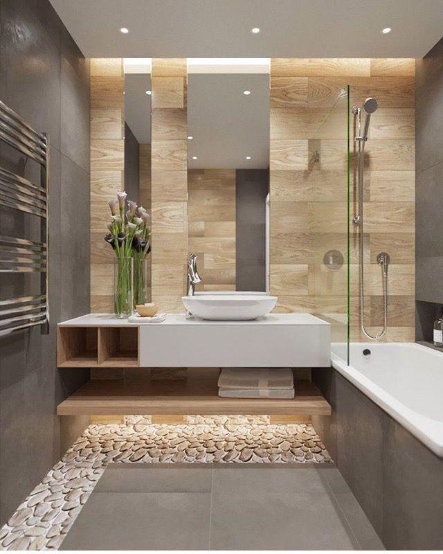 Badspiegel Hochkant über Waschtisch mit dezenter Beleuchtung / Satinierung entlang der oberen Kante