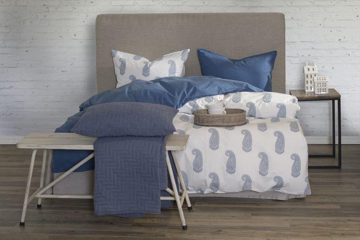 Livora sengesett i hvitt/blått og Uni sengesett i blått.