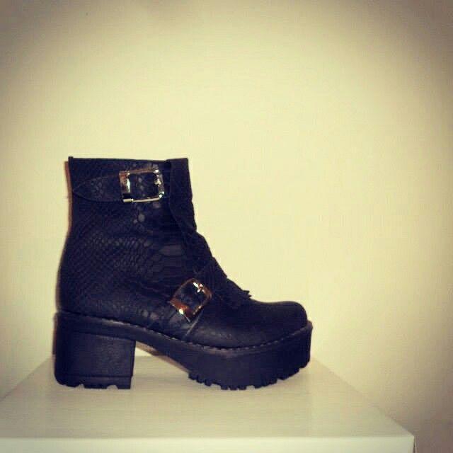 Boots Dos hebillas Material: Capellada cuero Anaconda