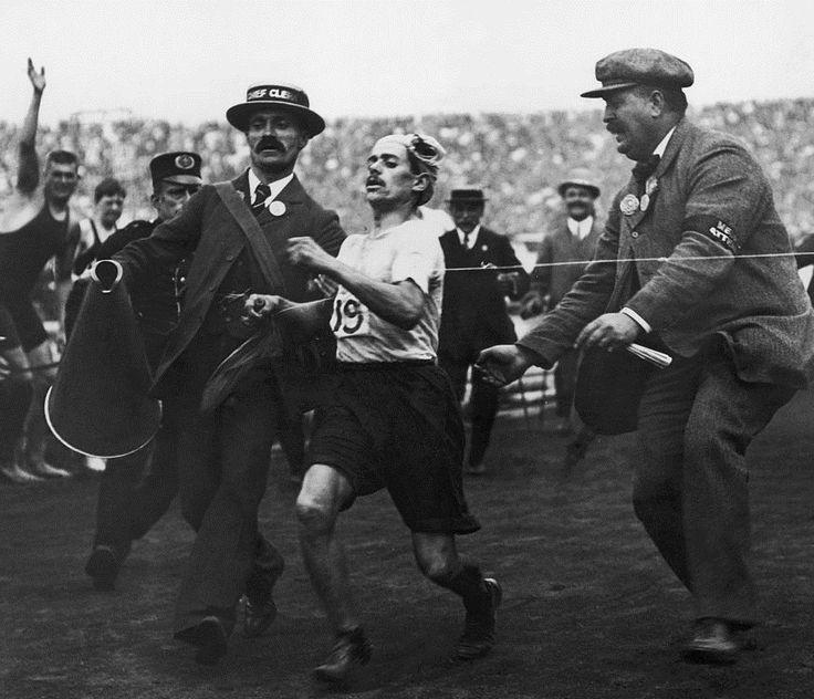 le marathonien Dorondo Pietri discalifie apres son arrivee 1908