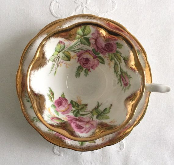 Prachtige vintage china Thee beker, gemaakt door Royal Albert in Engeland. Mooie duo in de vorm van een avon met prachtige roze rozen, het patroon heet Verjaardag Rose. Het is in goede staat, geen chips, barsten of haarscheuren.  Let op: De items die ik verkopen zijn niet nieuw, ze zijn vintage of antiek, het spreekt vanzelf dat er misschien sommige onvolkomenheden die ik mijn best proberen zal te wijzen en fotos van te nemen. Ik kijk niet op mijn objecten onder een Microscoop, maar ik doe…