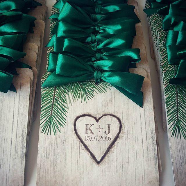 Zaproszenia Woodlove 2 w wersji ze #wstążka w kolorze ciemnej zieleni #rustic #weddingpaper #elegantwedding #weddinginvitation #invitation #stationery #projektślub #weddingpaper #weddingdesign #kokardki #handmade #madeinpoland #polishdesign #woodlove #heart #three #wood #darkgreen #green #zielony #projekt #design #rustykalne #zaproszenia #drewno #paperart #lovepaper #invitation