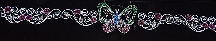 Arco alumbrado de fiestas con centro de mariposa, con laterales redondeados con leds blancos y fucsia  www.electromiño.es  #electromiño #CiudadesNavidad #luz #colores #mariposa #leds #led #alumbrado #alumbradofiestas #flores #laterales #lucesdecolores #blanco #fucsia