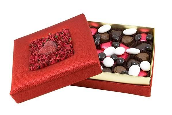 Yıllarını size adamış annenize, gözünüz gibi esirgediğiniz sevgilinize, birlikte geçirdiğiniz, geçireceğiniz tatlı günler tatlılığında bir hediye verin. Zengin içeriği ile her damak tadına uygun çikolatalarımız ve badem şekerlerimiz, şık, çiçekli çikolata kutusuyla sevdiklerinize hoş bir sürpriz olacak. çikolata sepeti, çikolatasepeti, chocolate, özel çikolata, sevgili