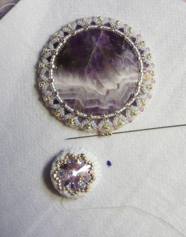 В этом мастер-классе на примере несложного кулона я покажу вышито-плетеную оправу для кабошона под названием 'восьмерка', которая на мой взгляд, интереснее и разнообразнее самой распространенной, выполняемой мозаичным плетением. А также покажу свой способ оплетения и вышивки риволи Сваровски. Наша цель - получить красивый внутренний зубчатый край. Также остановимся на оформлении кулона различными интересными материалами.