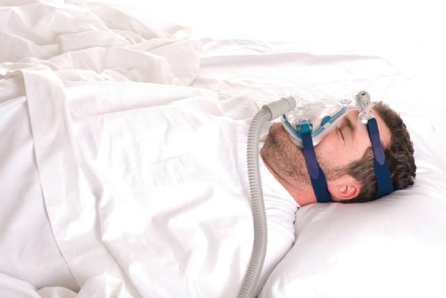 Schlafapnoe-Behandlung durch eine Atemmaske: Sie hilft, die Atemwege offen zu halten