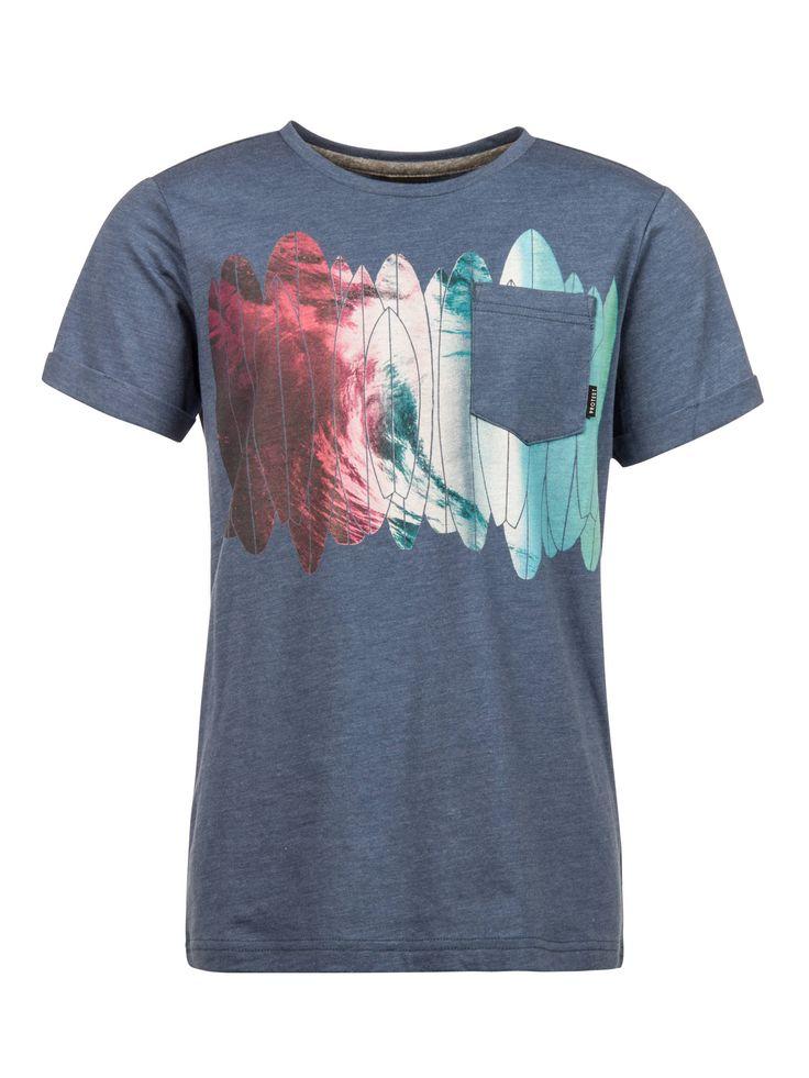 Het Jamil Jr T-shirt van Protest in gemêleerd blauw heeft een abstracte surf-fotoprint en een effen borstzakje. De opgerolde mouwen en de ronde hals zorgen voor een stijlvolle twist. Dit shirt is perfect voor alle kinderen met een avontuurlijke geest!
