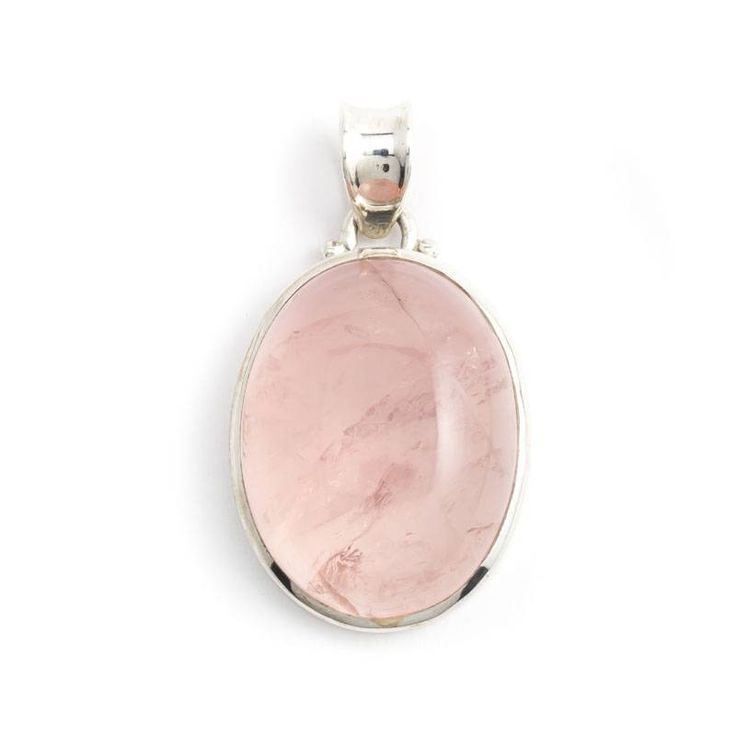 Een schitterende rozenkwarts edelsteen gevat in zilver. Kies deze of een van onze andere zilveren edelsteen sieraden uit onze collectie.