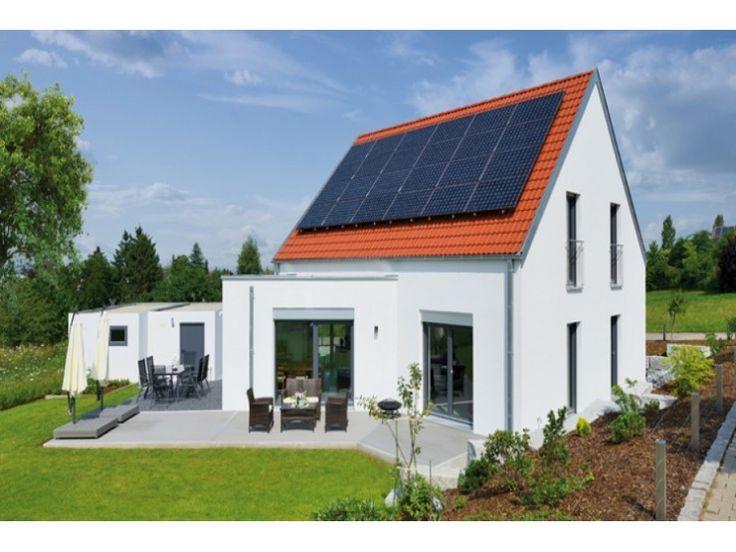 ein einfamilienhaus mit mehreren solarpaneelen auf dem dach so l sst sich wahres geld sparen. Black Bedroom Furniture Sets. Home Design Ideas