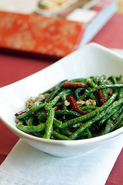 String Beans/French Beans Recipe - I love the texture of the deep-fried string beans; the great flavors came from stir-frying the string beans (french beans) with dried chilies, dried shrimp, and ground pork. This is another Chinese restaurant recipe that is worth trying out so please read on and get my string beans/french beans recipe below. #stringbeans #frenchbeans #30-minutemeals