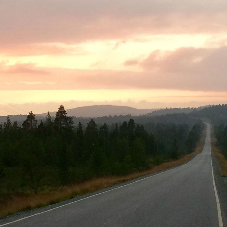 Photo by Saariselän Sanomat Instagram www.saariselansanomat.fi Inarijärvelle vievä Veskoniementie /Veskoniemi #road #ivalo #augustinlapland #finnishlapland #sunset