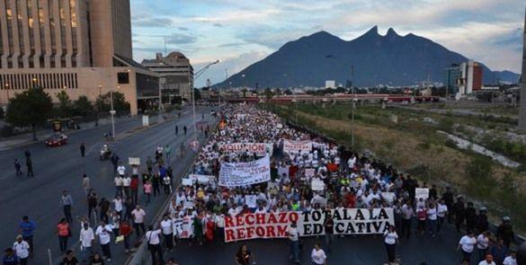 Miles marchan en Monterrey contra reforma educativa